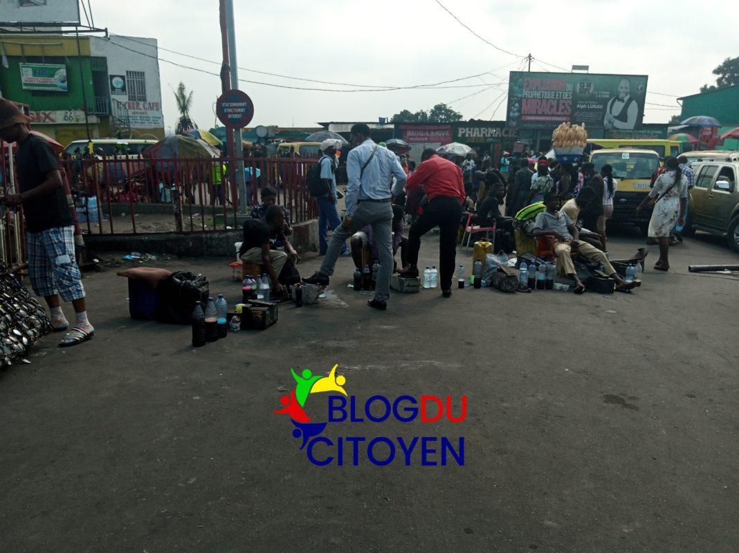 Certains cireurs sont ambulants et les autres se trouvent en centre-ville, au carrefour de Victoire, au rond-point Ngaba et à d'autres endroits les plus fréquentés.